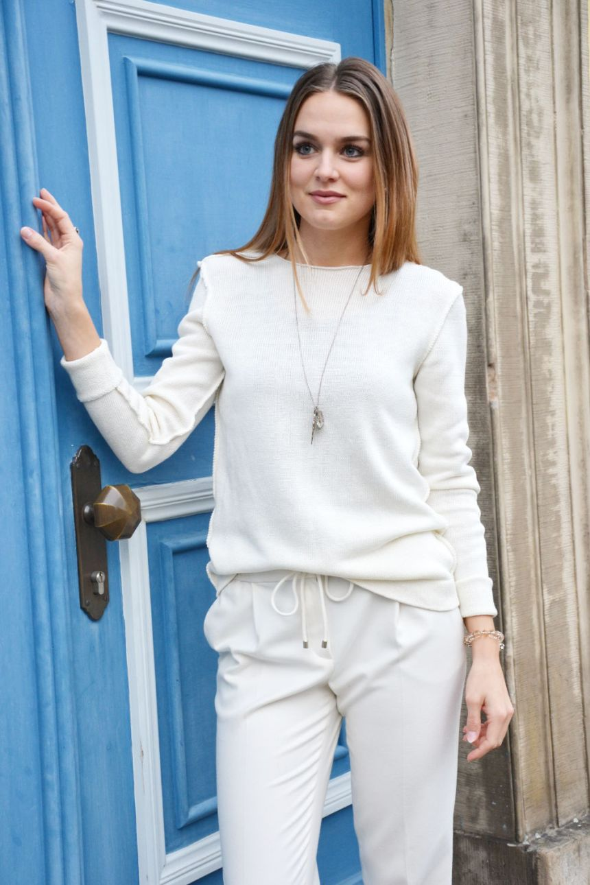 CasualChic blogger Katharina wears white linen pullover Cecile by Krista Elsta Knitwear